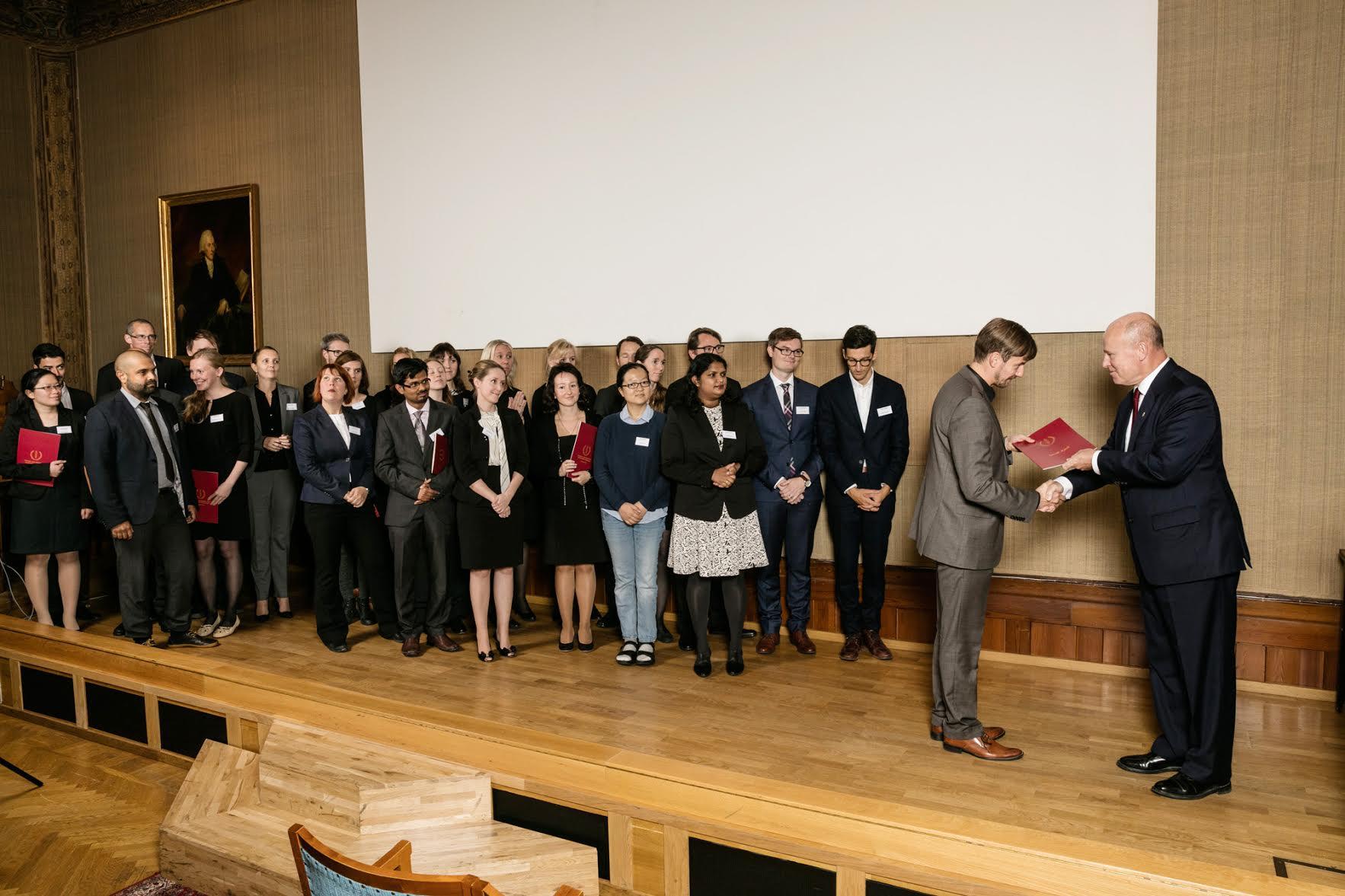 SSMF:s ordförande Mats Ulfendal delar ut diplom till SSMF:s stipendiater, Svenska Läkaresällskapet i Stockholm, den 4 oktober 2016. Fotograf: Hans Ericksson