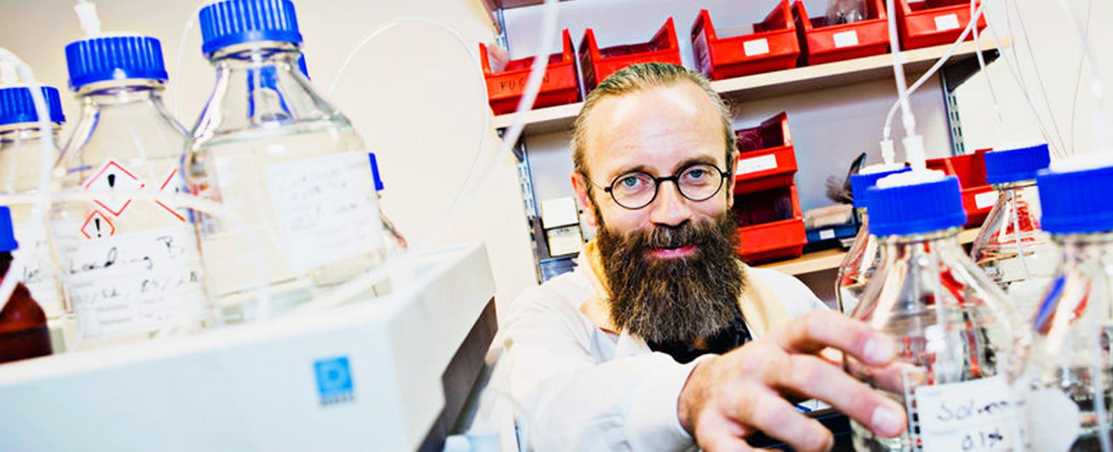 Professor och överläkare Henrik Zetterberg. 2004 fick han ett SSMF-stipendium – i dag är han en världens ledande forskare om Alzheimers sjukdom. Bild: SSMF